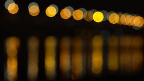 Abstracte lichten en hun bezinningen op de water bokeh achtergrond stock videobeelden