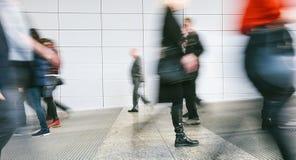 Abstracte menigte van mensen het lopen Stock Fotografie
