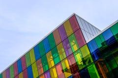 Abstracte mening van de moderne, IT gebaseerde bouw en bureaus die de gekleurde glasvensters tonen royalty-vrije stock afbeeldingen
