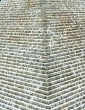 Abstracte mening van een artsy piramide van de waterfontein met en water die neer stromen druppelen stock afbeeldingen