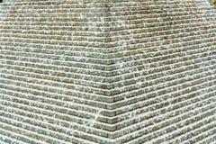 Abstracte mening van een artsy piramide van de waterfontein met en water die neer stromen druppelen royalty-vrije stock foto