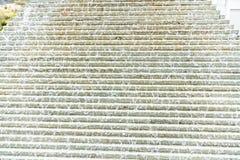 Abstracte mening van een artsy piramide van de waterfontein met en water die neer stromen druppelen stock afbeelding