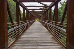 Abstracte Mening van een Staalvoetgangersbrug Stock Foto