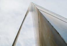 Abstracte mening van St Louis Arch op een bewolkte dag royalty-vrije stock fotografie