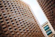 Abstracte mening van zijruiten van het Parlement Huis Valletta stock foto