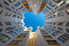 Abstracte moderne stadsarchitectuur in Minsk Perspectief van lange stadstorens onder blauwe hemel Woningbouwrek tot hemel Stock Fotografie