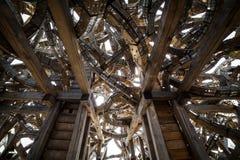 Abstracte moderne toekomstige architectuur Spiralen van hout, door metaal worden verbonden dat Meetkunde van architectuur stock foto