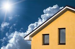 Abstracte mooie huisvoorzijde onder blauwe hemel Stock Foto