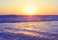 Abstracte oceaanzeegezichtgolven die de uitstekende filter van de zonsondergangzonsopgang gelijk maken Stock Afbeeldingen