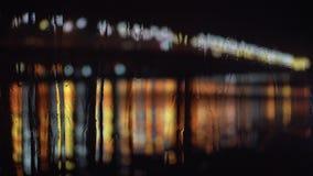 Abstracte onduidelijk beeldachtergrond van regenachtige stad bij nacht stock video