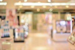 Abstracte onscherpe achtergrond van kleinhandelswinkels in winkelcomplex stock foto