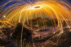 Abstracte oranje lichte strook donkerblauwe hemel Royalty-vrije Stock Afbeeldingen