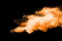 Abstracte oranje poederexplosie op zwarte achtergrond Royalty-vrije Stock Foto's