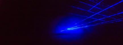 Abstracte panoramaachtergrond met heldere blauwe laserstralen Stock Foto
