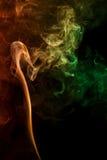 Abstracte rode groene rook van aromatische stokken Royalty-vrije Stock Foto's