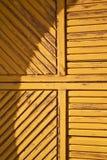 abstracte samarate roestige bruine kloppers in clos van een deurkerk Royalty-vrije Stock Foto's