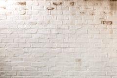 Abstracte samenstelling van witte geschilderde bakstenen muur royalty-vrije stock foto