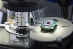 Abstracte scène van microscoop en de microchip royalty-vrije stock foto's