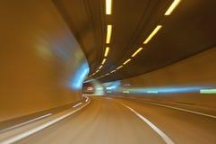 Abstracte snelheidsmotie in de stedelijke tunnel van de wegweg Stock Fotografie