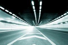 Abstracte snelheidsmotie in de stedelijke tunnel van de wegweg Royalty-vrije Stock Foto