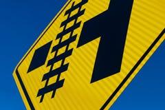 Abstracte Spoorweg die teken kruisen bij hoek stock foto's