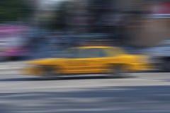 Abstracte Stads Gele Cabine Onduidelijk beeld de Achtergrond van New York royalty-vrije stock fotografie