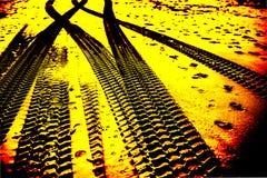 Abstracte strandsporen stock afbeeldingen