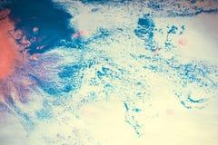 abstracte stroken van blauwe en roze verf op een witte achtergrond royalty-vrije stock afbeeldingen