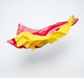 Abstracte stukken van het rode en gele stof vliegen Royalty-vrije Stock Afbeeldingen