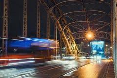 Abstracte Tram Lichte Sleep op de Pilsudzki-brug in Krakau, Polen Stock Afbeelding