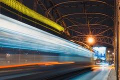 Abstracte Tram Lichte Sleep op de Pilsudzki-brug in Krakau, Polen Royalty-vrije Stock Foto's