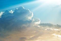 Abstracte trillende kleurrijke wolk in de hemel met zonnestraal stock afbeeldingen