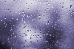 Abstracte ultraviolette achtergrond, textuur van regendalingen op glas Stock Foto