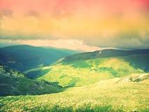 Abstracte vallei tussen bergen Stock Afbeelding