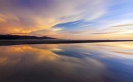Abstracte weerspiegeling van kleurrijke zonsondergang Stock Afbeelding