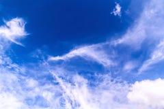 Abstracte Witte bewolkte en blauwe hemelachtergrond royalty-vrije stock foto's