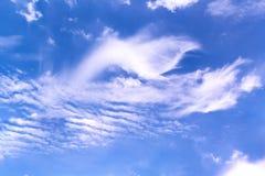 Abstracte Witte bewolkte en blauwe hemelachtergrond royalty-vrije stock afbeeldingen
