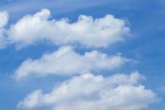 Abstracte witte wolken op duidelijke blauwe hemel royalty-vrije stock foto