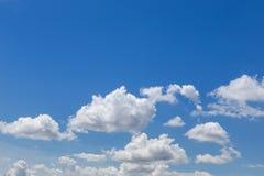 Abstracte witte wolken op duidelijke blauwe hemel royalty-vrije stock afbeelding