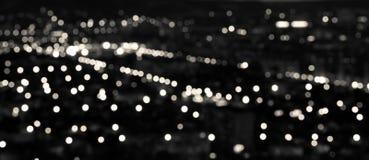 Abstracte witte zwarte cirkelbokehachtergrond, stadslichten in t Royalty-vrije Stock Foto