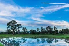 Abstracte zachte nadruk het silhouet van de zonsondergang met het water, het ploegen, bebouwing, het plukken, bebouwing, alvorens royalty-vrije stock foto's