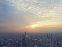 Abstracte zonsopgang in de hoofdstad bij waterverfillustratie het schilderen royalty-vrije stock foto