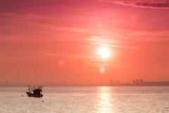 abstracte zonsopgang in de overzeese mening van overzees schip dichtbij de stad bij zoals Stock Foto's