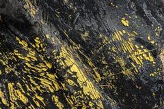 Abstracte zwarte achtergrond met gele kleurstofschillen stock afbeeldingen