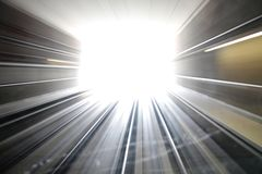 Abstractie licht eind van de tunnel, voorwaartse motie stock afbeelding