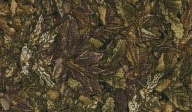 Abstractie voor de achtergrond donkere bruine stof met bloemendieornamenten van bosbladeren worden gemaakt Stock Afbeeldingen