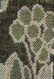 Abstractie voor de achtergrond donkere bruine stof met bloemendieornamenten van bosbladeren worden gemaakt Royalty-vrije Stock Foto's