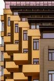 Abstraction des balcons et des fenêtres d'un bâtiment à plusiers étages images libres de droits