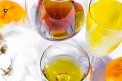 Abstraction, différentes variétés des boissons enrichies, différentes couleurs, dans différents verres en verre images stock