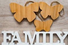Abstraction sur le thème de la famille Le coeur blanc, inscription rouge de personne marque avec des lettres la maman et la famil Image stock
